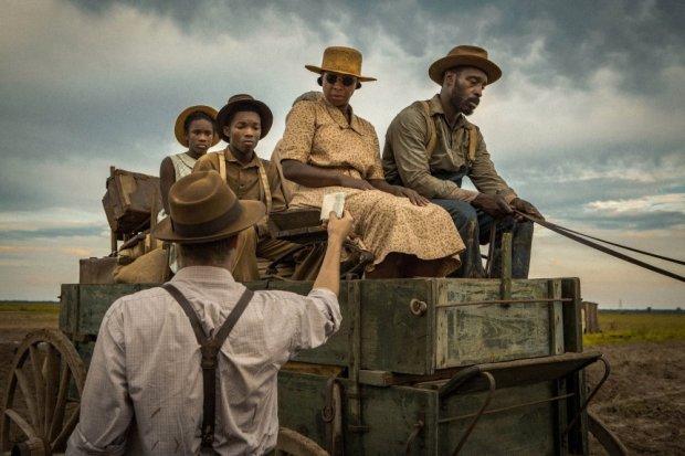 mudbound-2017-001-black-family-on-wooden-cart